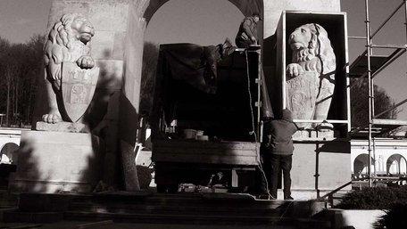 Що насправді зображено на щитах левів з Цвинтаря Орлят
