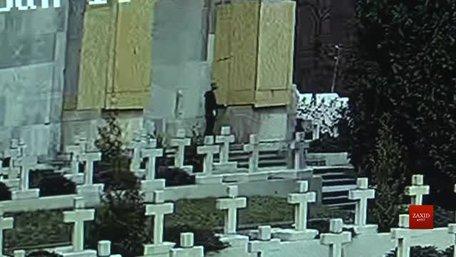 Поляка, який пошкодив конструкцію на Цвинтарі Орлят оштрафували на 119 грн