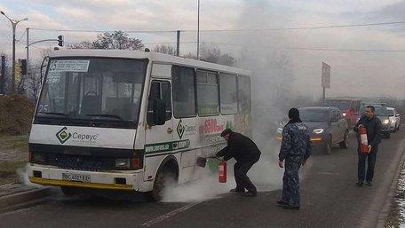 Біля ТРЦ King Cross Leopolis у Львові загорілась маршрутка з пасажирами