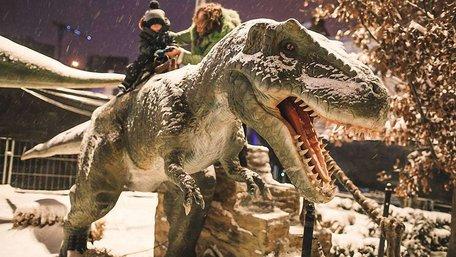 В центрі Львова відкрився парк рухомих динозаврів у натуральну величину. Фото дня