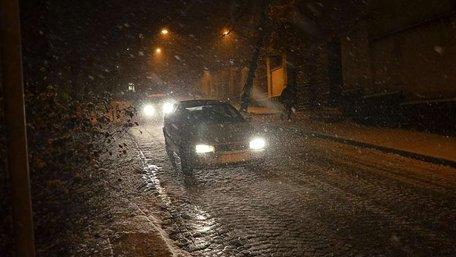 Через раптове погіршення погоди на вулиці Львова виїхала снігоочисна техніка