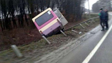 Внаслідок ДТП біля Львова приміський автобус із пасажирами з'їхав в кювет