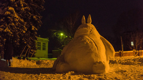 У центрі Полтави зі снігу зробили триметрового героя аніме. Фото дня 5eac61cdd66d3