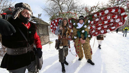 Казкові істоти у фантасмагоричних костюмах маланкували у Красноїльську