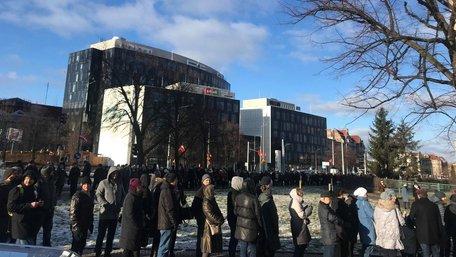 Черга мешканців Ґданська, що прийшли віддати шану вбитому меру, розтягнулась на кількасот метрів. Фото дня