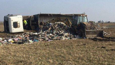 Під Львовом перевернулася вантажівка зі сміттям