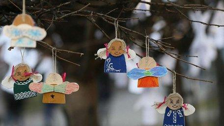 Дерева у центрі Львова прикрасили паперовими ангелами у пам'ять про Героїв Небесної Сотні