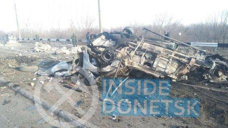 На Донбасі внаслідок підриву мікроавтобуса на міні загинули двоє людей