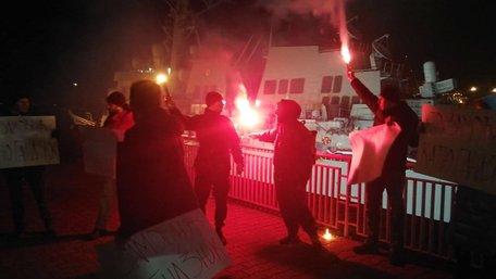В Одесі біля ракетного есмінця США затримали учасників акції «Хто замовив Катю Гандзюк?»