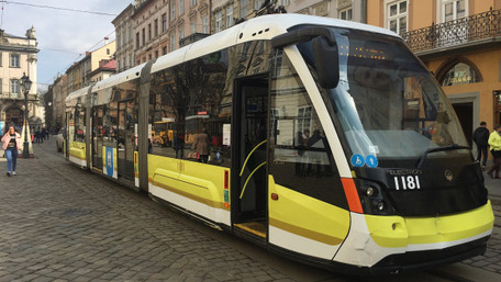 На вулиці Львова виїхав перший трамвай з новим брендуванням. Фото дня