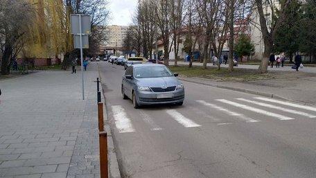 У Львові на пішохідному переході автомобіль збив двох 15-річних школярів