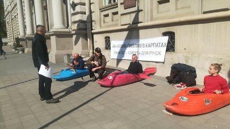 Еко-активісти пікетували ЛОДА, протестуючи проти будівництва малих ГЕС на річках області