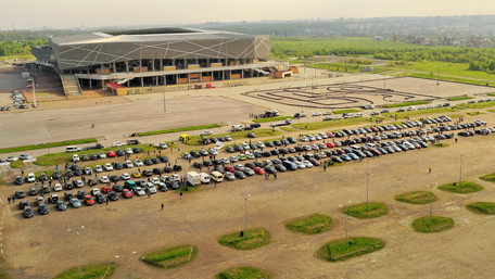 Біля «Арени Львів» відкрився найбільший в Західній Україні автобазар. Фото дня
