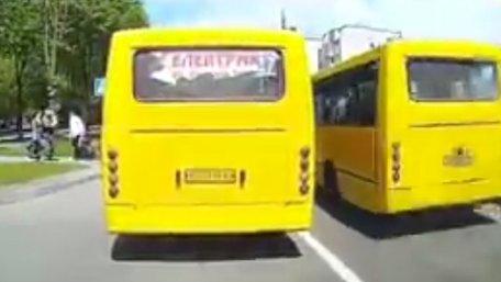 Львів'яни заблокували водія маршрутки, який на Левандівці ледь не збив пішоходів на переході