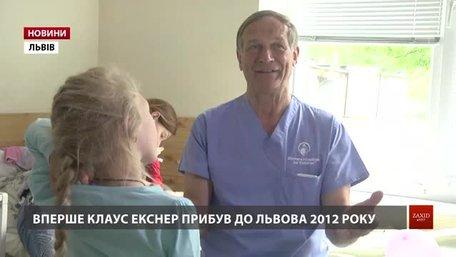 У Львові відомий пластичний хірург із Німеччини знову безкоштовно оперує дітей з усієї України