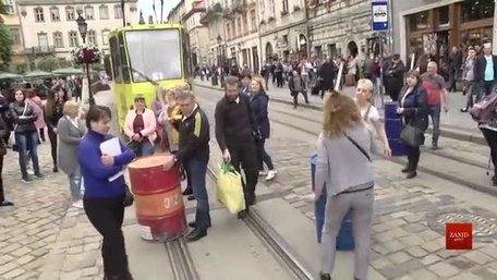 Власники МАФів з алкоголем перекрили рух трамваїв під Львівською міськрадою