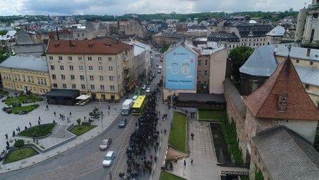 У Львові попрощались з Маркіяном Іващишиним. Відео дня