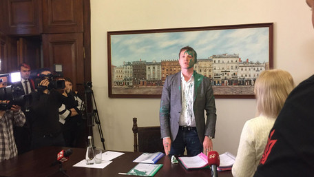 Псевдоактивісти зірвали засідання виконкому ЛМР і облили фарбою чиновників