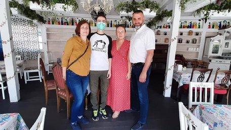 Максим Стасів, що в Індії чекав на пересадку кишківника, прилетів в Україну