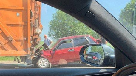 На об'їзній дорозі Львова ВАЗ затисло між двома вантажівками