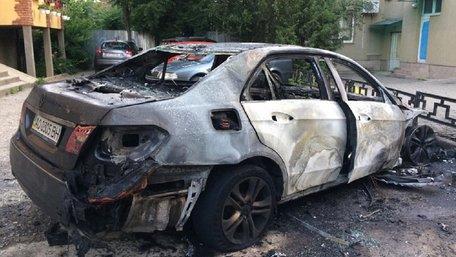 Екс-заступнику мера Ужгорода спалили автомобіль