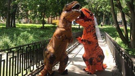 Пара львів'ян одружилась у костюмах тиранозаврів. Фото дня