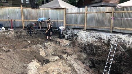 Під час реконструкції фонтану на площі Галицькій у Львові виявили мури давнього храму