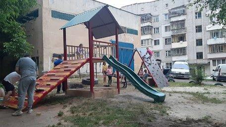 Мешканці Сихова власним коштом облаштували дитячий майданчик