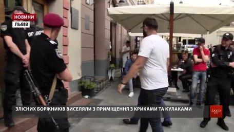 Працівник львівської мерії отримав травми під час виселення боржника