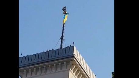 Невідомий руфер виліз на верхівку флагштока вежі львівської Ратуші. Відео дня