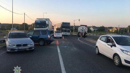 На об'їзній дорозі Львова сталася аварія за участі трьох фур і чотирьох легковиків