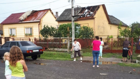 Буревій на Закарпатті позривав дахи та травмував людей