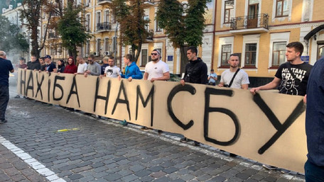 У Києві під будівлею СБУ активісти вимагали не транслювати фільм Олівера Стоуна про Україну