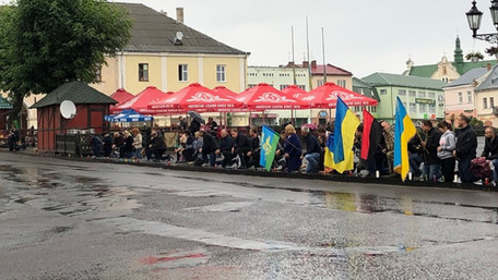 У Жовківському районі мешканці на колінах зустрічали кортеж з тілом загиблого військового