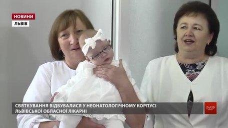 У Львові дівчинці-сироті, яка народилася з вагою 480 грамів, медики влаштували день народження