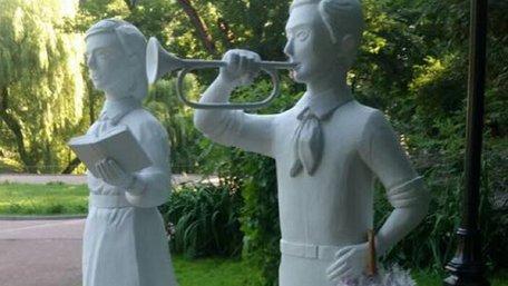 Львів'ян здивували скульптури радянських піонерів у Стрийському парку