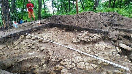 Археологи знайшли біля Львова трипільську амфору, якій понад 5000 років
