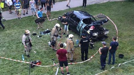 У Львові автомобіль перекинувся з мосту: постраждав водій і 10-річна дитина