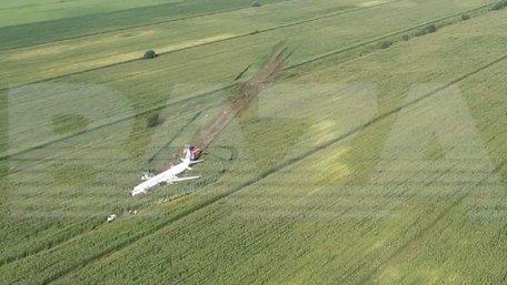 Під Москвою пасажирський літак без двигунів приземлився на кукурудзяне поле