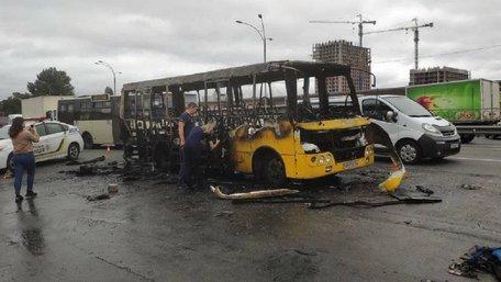 В Києві біля станції метро вибухнула і згоріла маршрутка