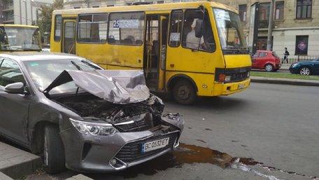 У центрі Львова авто збило жінку на переході та в'їхало у маршрутку