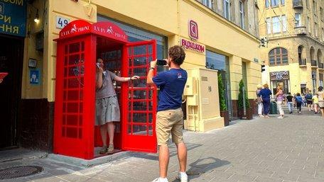 У центрі Львова встановили червону телефонну будку, як у Лондоні. Фото дня