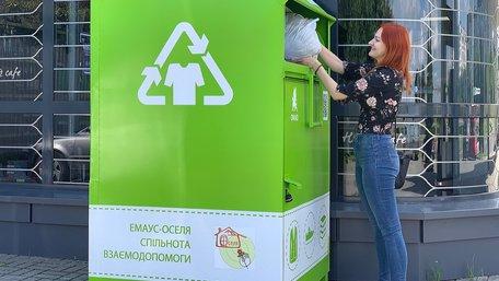 «Емаус-Оселя» встановила чотири додаткові контейнери у Львові для збору вживаного одягу