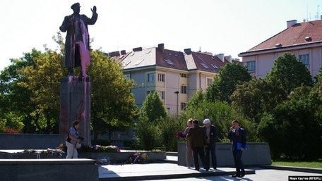 У Празі облили червоною фарбою пам'ятник маршалу СРСР