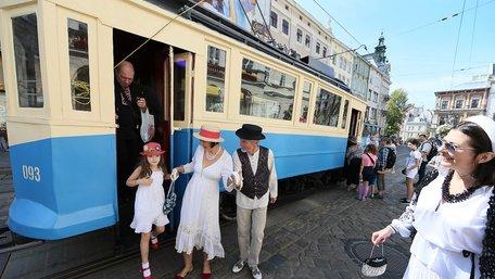 Центром Львова проїхав унікальний 110-річний трамвай Sanok SW1