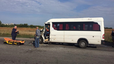 На Дніпропетровщині мікроавтобус зіткнувся з фурою, постраждало 10 осіб