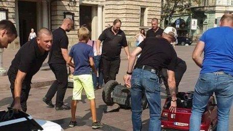 Один з власників машинок перед Львівською оперою напав на муніципала