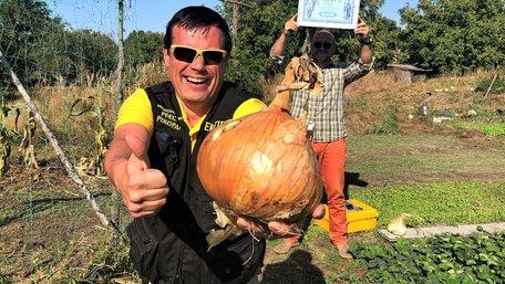 Найбільшу в Україні цибулину виростили на Київщині. Фото дня