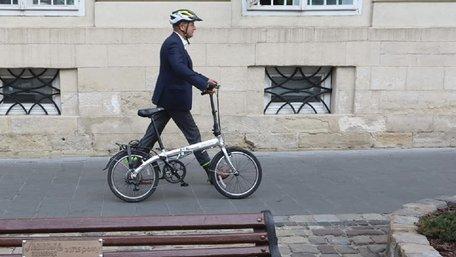 Садовий приїхав на роботу на складному велосипеді. Фото дня