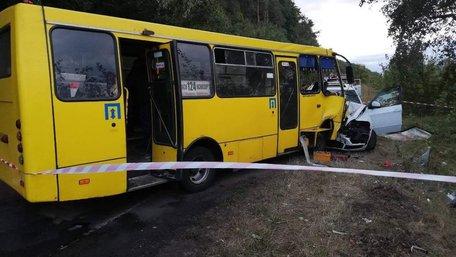 На Черкащині автобус зіткнувся з позашляховиком, постраждало 10 людей